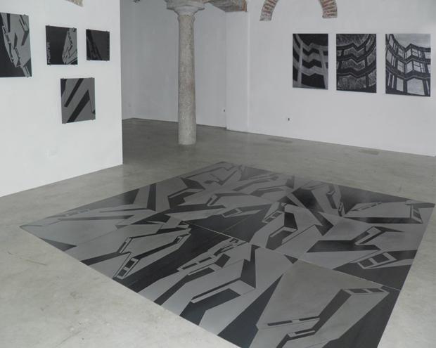"""""""Architetture di/segnate"""", veduta interna dell'esposizione da Leo Galleries"""