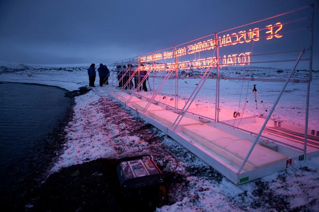 Gran Sur, 2011, Base Antartica Arturo Prat, Isola Greenwich, tubo al neon, struttura in legno, cavo, alluminio e generatore di corrente, dimensioni variabili