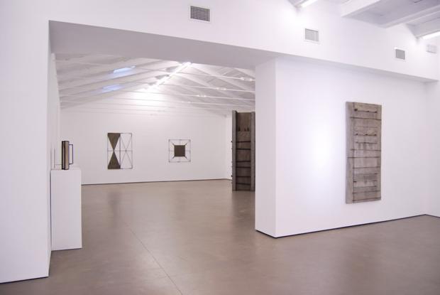 Giuseppe Uncini, veduta interna della mostra presso la Galleria Cardi di Pietrasanta