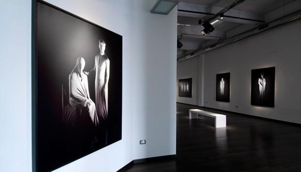 "Veduta interna della mostra ""Caso Zero"", ExMarmi, Pietrasanta"