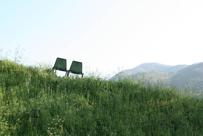 """Caterina Pecchioli, """"Relazioni a catena"""", 2010, con Costanza Givone e Maria Goeminne, Foto: Daniela Pellegrini. Courtesy Associazione Culturale Dello Scompiglio"""