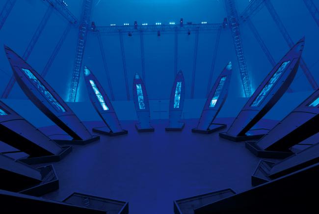 """""""Mari Verticali"""", Dubai 2010, Louis Vuitton Trophy, video-installazione di 12 grandi strutture a forma di barca, alte 9 metri disposte in forma circolare, ognuna delle quali contiene 4 schermi al plasma, che rappresentano 12 mari del mondo. Courtesy Collezione Louis Vuitton"""