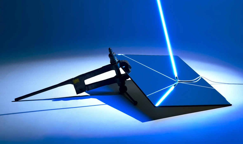 Filippo Centenari, Luce in pezzi, 2011, morsa in ferro, specchio, pittura, neon, alimentatore, misure ambiente
