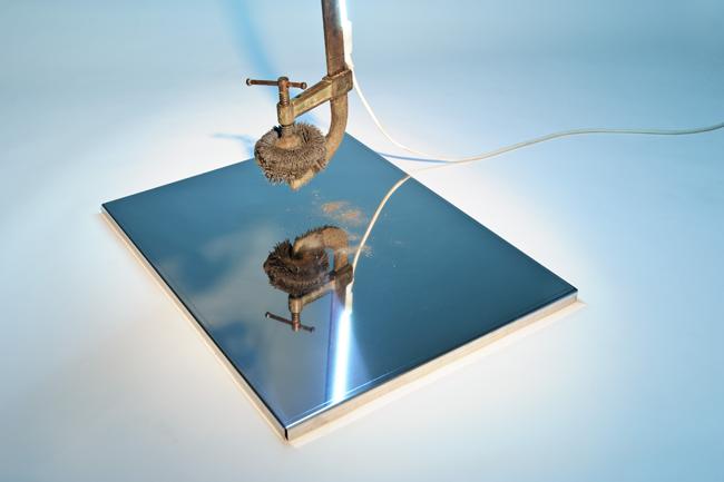 """""""Alfa Tensione"""", Morsetto, neon, acciaio a specchio, magnete, limatura di ferro, trasformatore – 2012, particolare"""