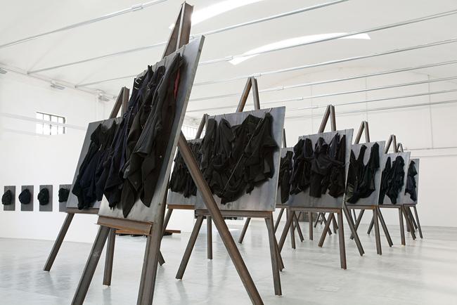 """Jannis Kounellis, """"Senza Titolo"""", 2012, Ferro, ganci, cappotti, spago, cm 420x235x235. Courtesy Galleria Giorgio Persano. Fotografia Paolo Pellion"""