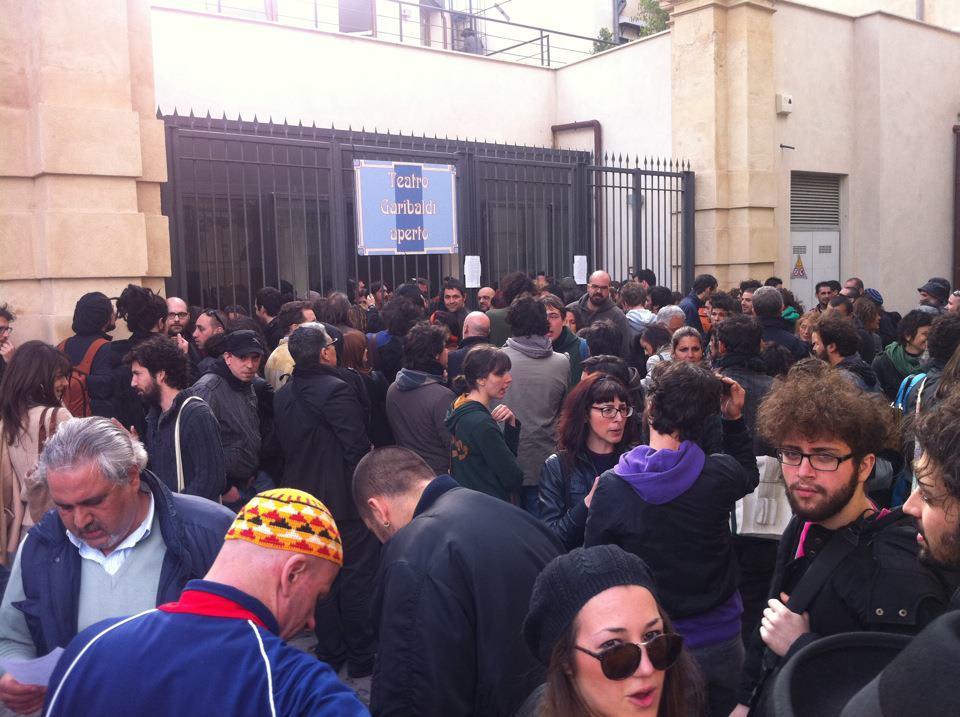 Folla in attesa davanti al Teatro Garibaldi a Palermo