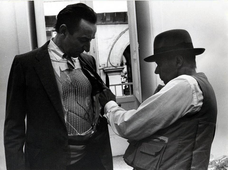 Amelio e Beuys durante la performance Terremoto in Palazzo, Napoli 1981 - courtesy AG Contemporanea, Roma