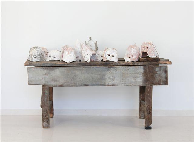 Tavolo con elmi - Senza titolo, 1993, legno, terracotta, calce, cm 90x198x78,5