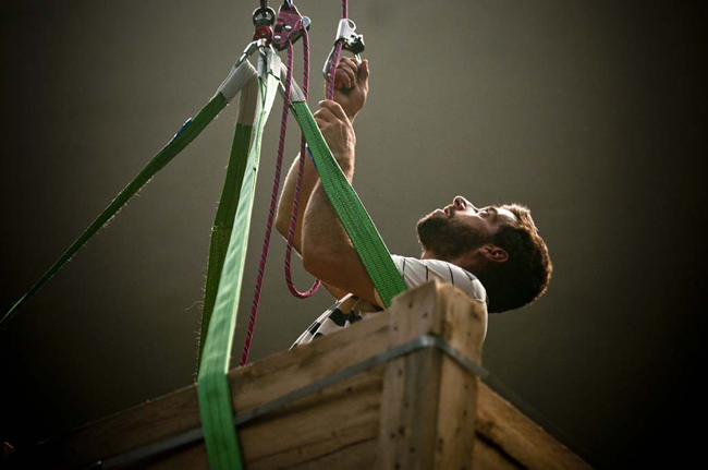 DC, Questa sosta non è un orto, performance di Mario Tomè, 2012. Sollevamento