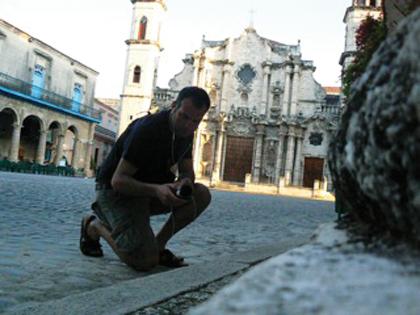 Piero Mottola durante la registrazione dei suoni rumori a L'Avana