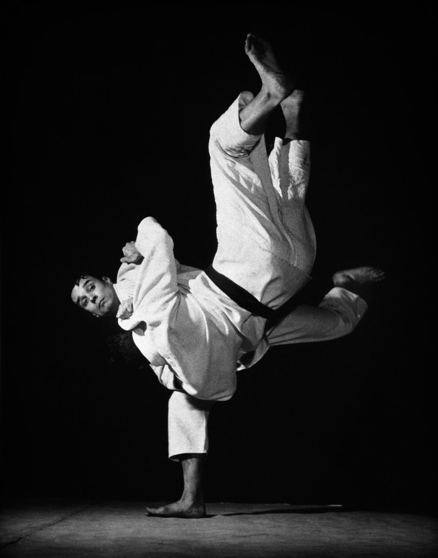 Yves Klein mentre esegue una proiezione di judo, Harai-goshi, nel suo club all'American Student's Center, Paris, 261 boulevard Raspail, 1955 ca