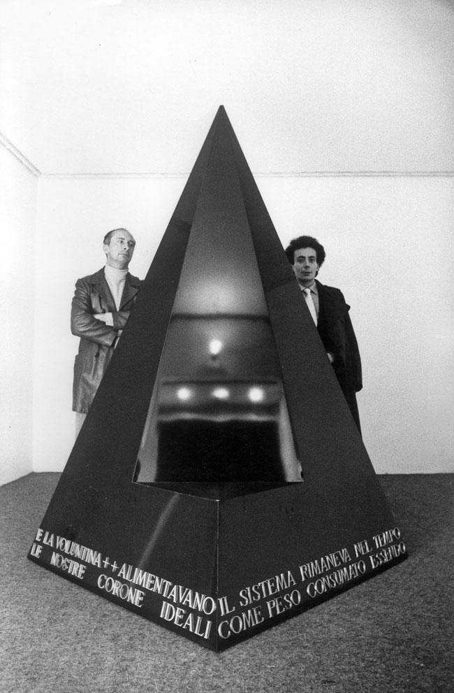 Agnetti e Scheggi con l'opera il trono, 1979. Foto: Fabio Donato, Napoli