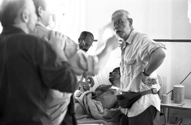 Medici afgani all'Ospedale di Emergency di Kabul curano un pastore gravemente ferito da una mina. © Mario Dondero