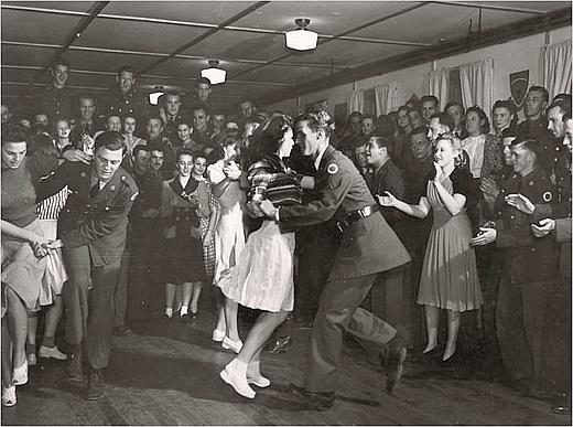 Serata di ballo della 37esima Divisione della Guardia Nazionale, Mississippi, 1941, foto di J. Baylor Roberts, Courtesy National Geographic Society