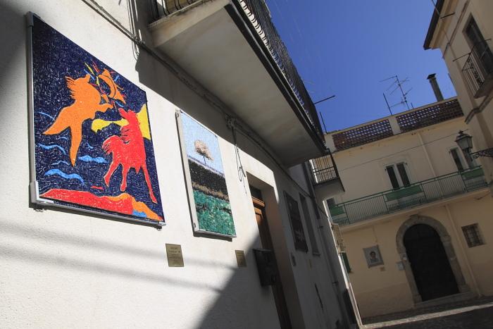 """Un mosaico per Tornareccio, la piazzetta dei Maestr, in primo piano """"Il cavallo rosso"""" di Aligi Sassu"""