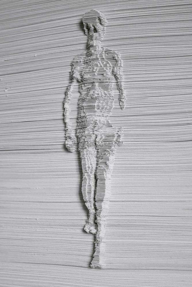 Giorgio Tentolini, Stratifigrazioni, 2012, fogli di carta bianchi incisi a mano e sovrapposti Tecnicamente ho sagomato a mano e sovrapposto strisce in carta sulla base della della rielaborazione digitale di un'immagine fotografica. Concettualmente ho voluto realizzare una sorta di scultura di luce in cui le zone di luce ed ombra dell'immagine fossero su piani differenti. la scelta del soggetto sta ad enfatizzare il trascorrere spazio temporale, un uomo che cammina, che attraversa il tempo, cm 29,7x21x1,7