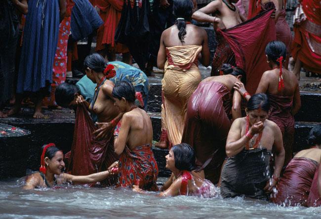 Bagno delle donne nepalesi nel fiume Bagmati, Kathmandu, Nepal, 1984 © Steve McCurry