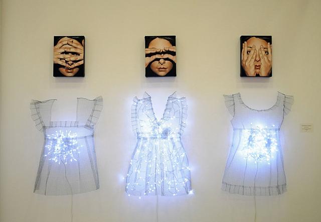 Antonella Cinelli, Eyes Doll, installazione 2012, ognuna, cm 50x90 circa, olio e acrilico su tela, ferro e luci led