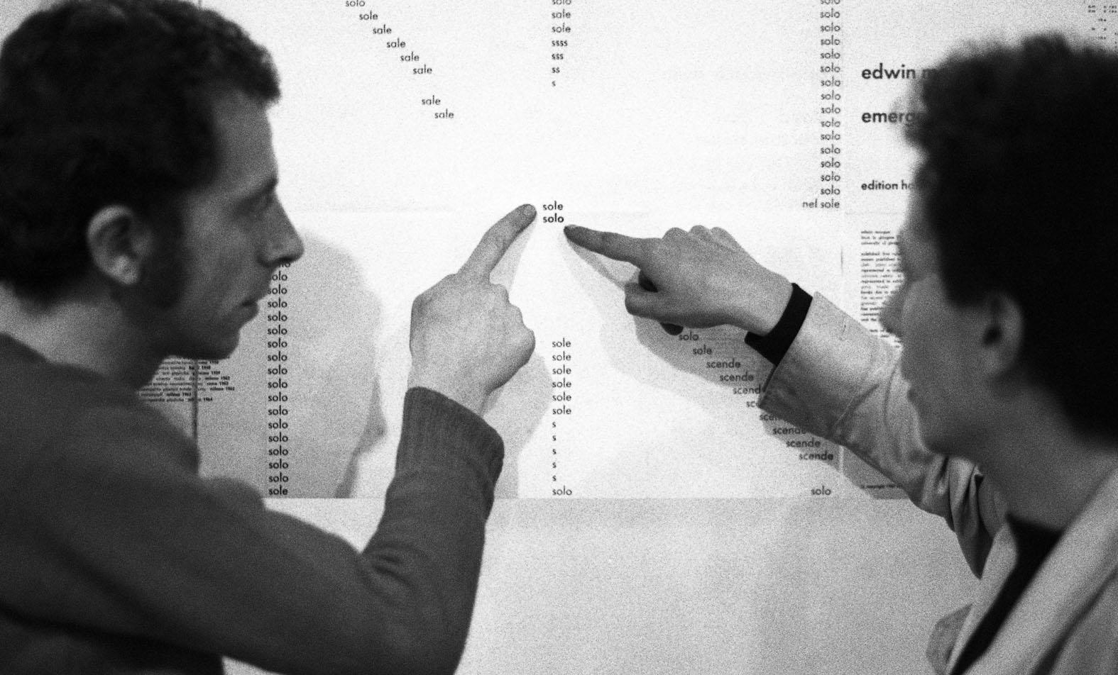 Ada Ardessi, Paolo Scheggi con Getulio Alviani davanti a sole solo di Carlo Belloli, Typoezija - Typoetry, Galerija Studentskog Centra, Zagreb, 1969