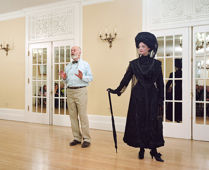 Jeff Wall, Vancouver, 7 Dec. 2009. Ivan Sayers, costume historian, lectures at the University Women's Club. Virginia, Newton-Moss wears a British ensemble c. 1910, from, Sayers' collection. 2009, fotografia a colori, 224.3x182.5 cm. Courtesy dell'artista e della Galleria Lorcan O'Neill, Roma