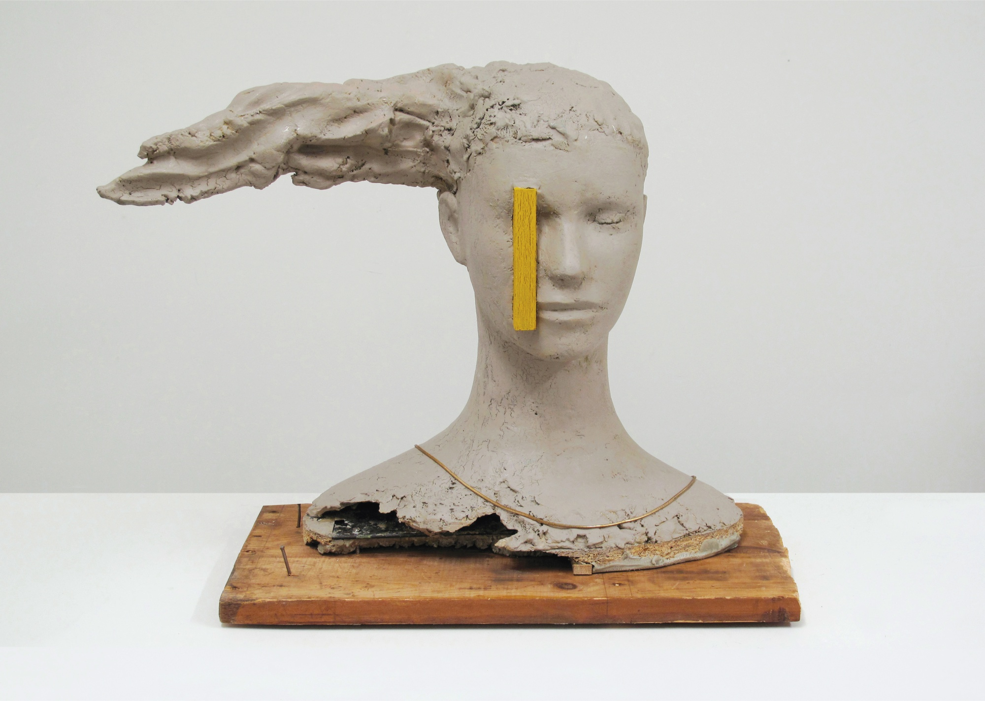 Mark Manders, Composition with Yellow Vertical, 2010, legno, resina epossidica dipinta, ferro, collana, cm 