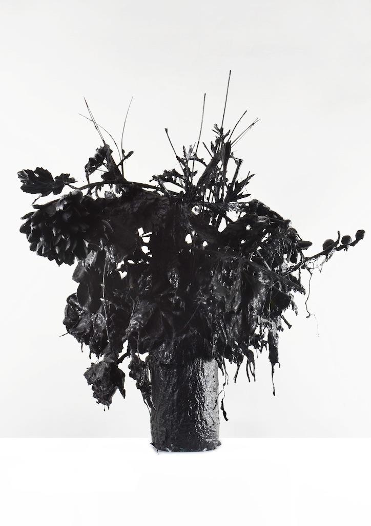 Andrea Bianconi, Love Story 3, 2013, fiori, ceramica, colla, cemento, smalto nero, 50x50x60 cm - Courtesy l'artista e La Giarina