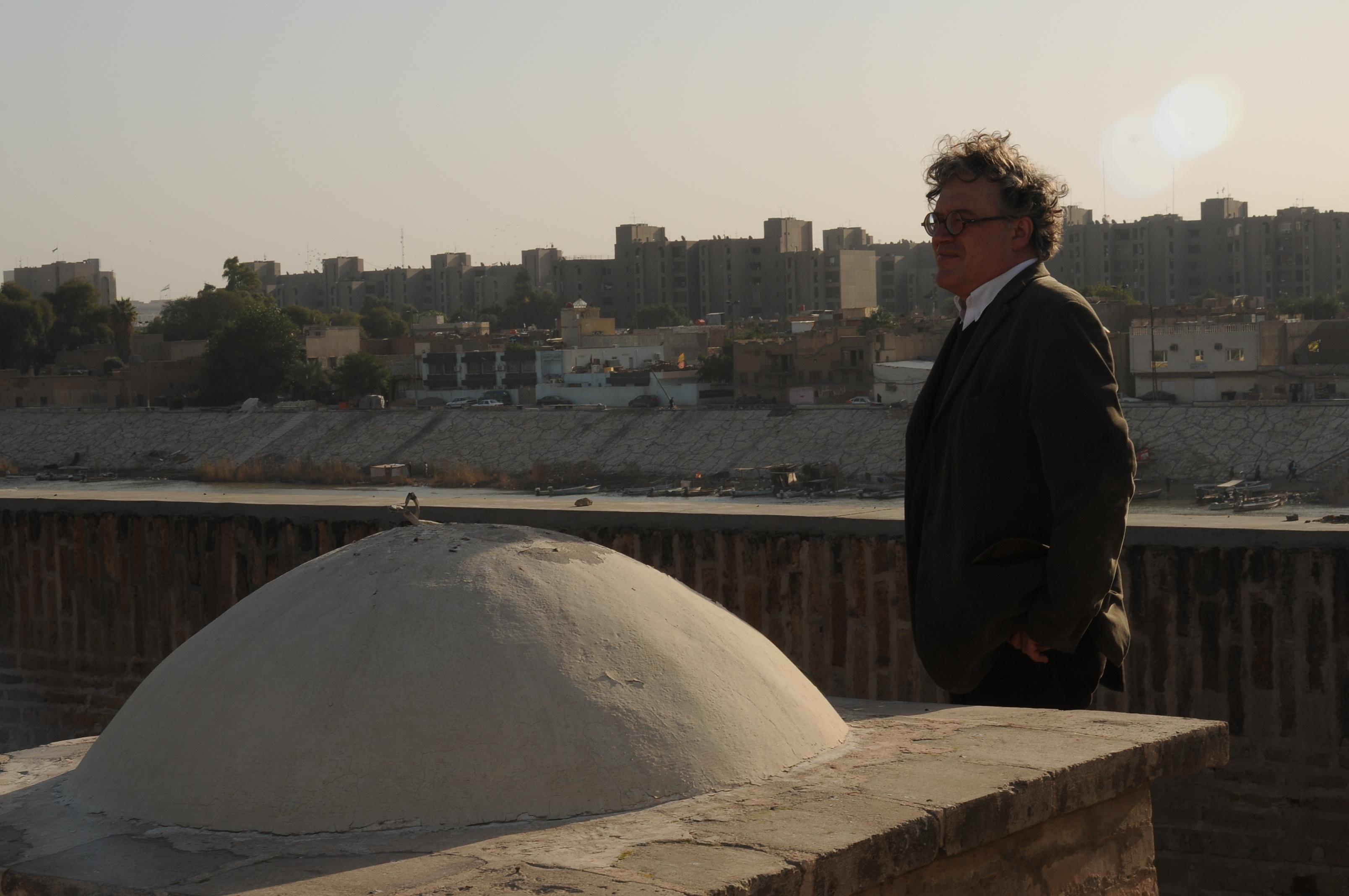 Jonathan Watkins sul tetto dell'Historic Mustansiriya School della vecchia Baghdad. Courtesy Ruya Foundation