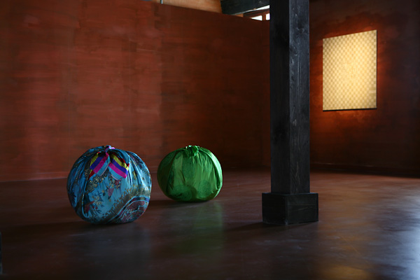 Kimsooja, Bottari - The Island  Site specific 8 Bottari installation, Palazzo Fortuny, Venezia, 2011. Courtesy Axel Vervoordt Foundation e Raffaella Cortese Gallery, Milano. Foto: Jean-Pierre Gabriel