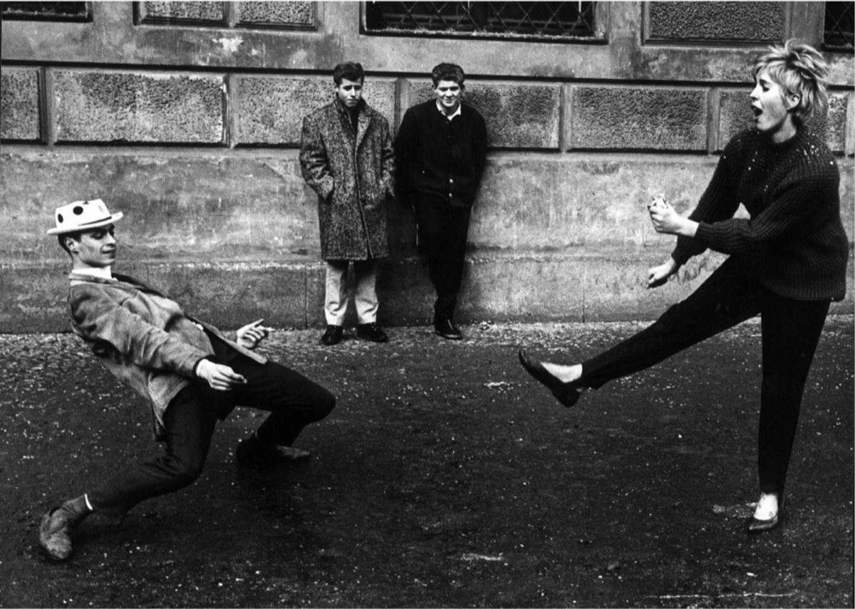 Gianni Berengo Gardin, Monaco 1965, Una coppia si esibisce in un ballo scatenato davanti agli occhi di due spettatori perplessi e divertiti © Gianni Berengo Gardin/Contrasto