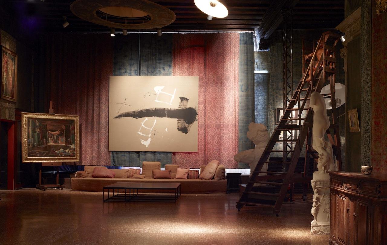 Tapies. Lo sguardo dell'artista. Veduta del piano nobile. Palazzo Fortuny, Venezia. Foto: Jean-Pierre Gabriel