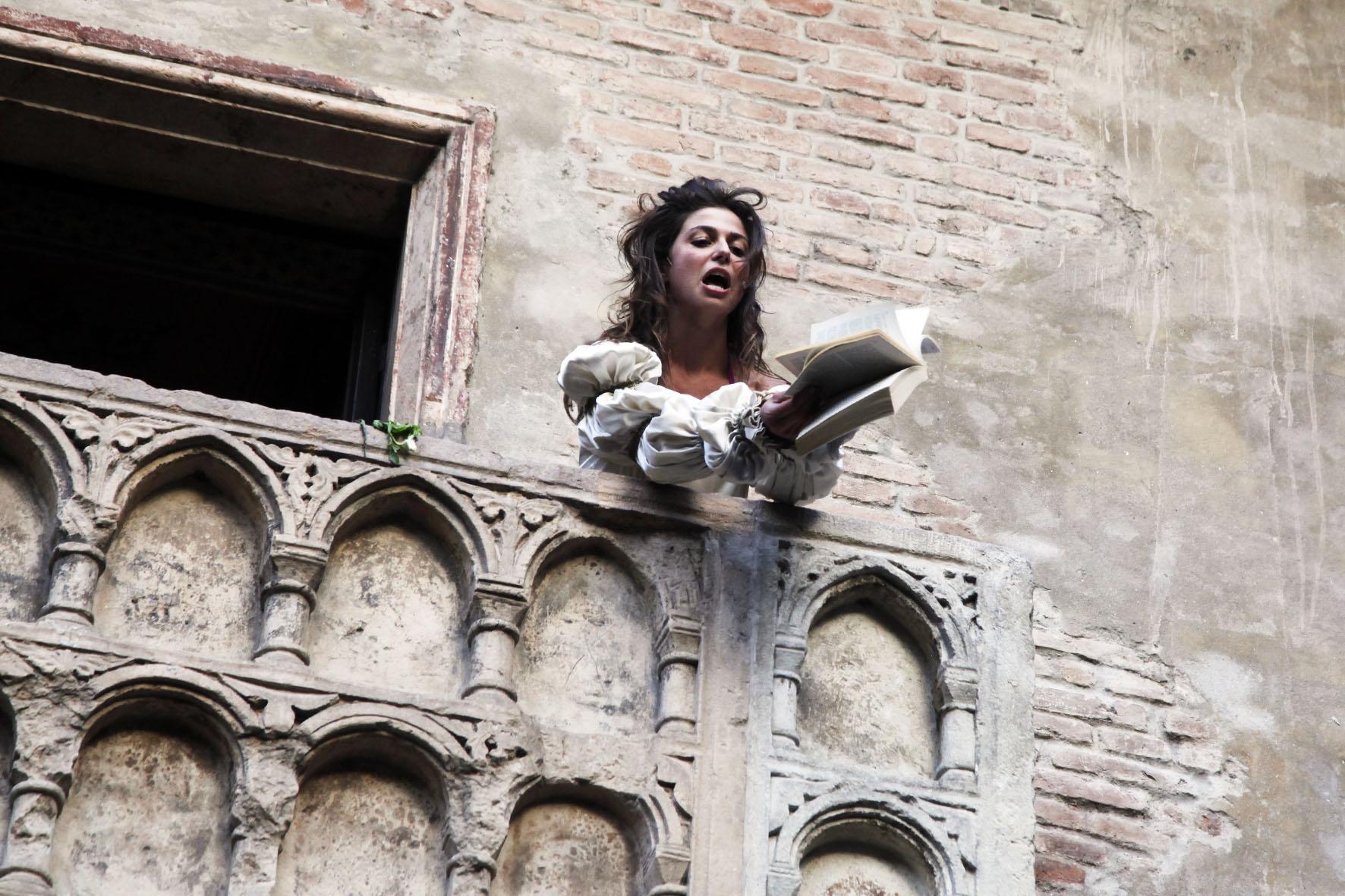 Un momento della performance, Romeo's Balcony di Daniel González, Juliet's courtyard, Verona, 29 giugno - 14 ottobre 2013. Foto: K-Studio