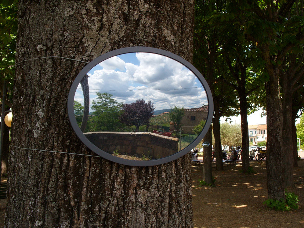 DACIA MANTO, Claudeopsis. Lo sguardo di Claude, 2013, giardino esterno alla Chiesa di Santa Lucia al Borghetto, Tavarnelle Val di Pesa (FI). TusciaElecta 2013