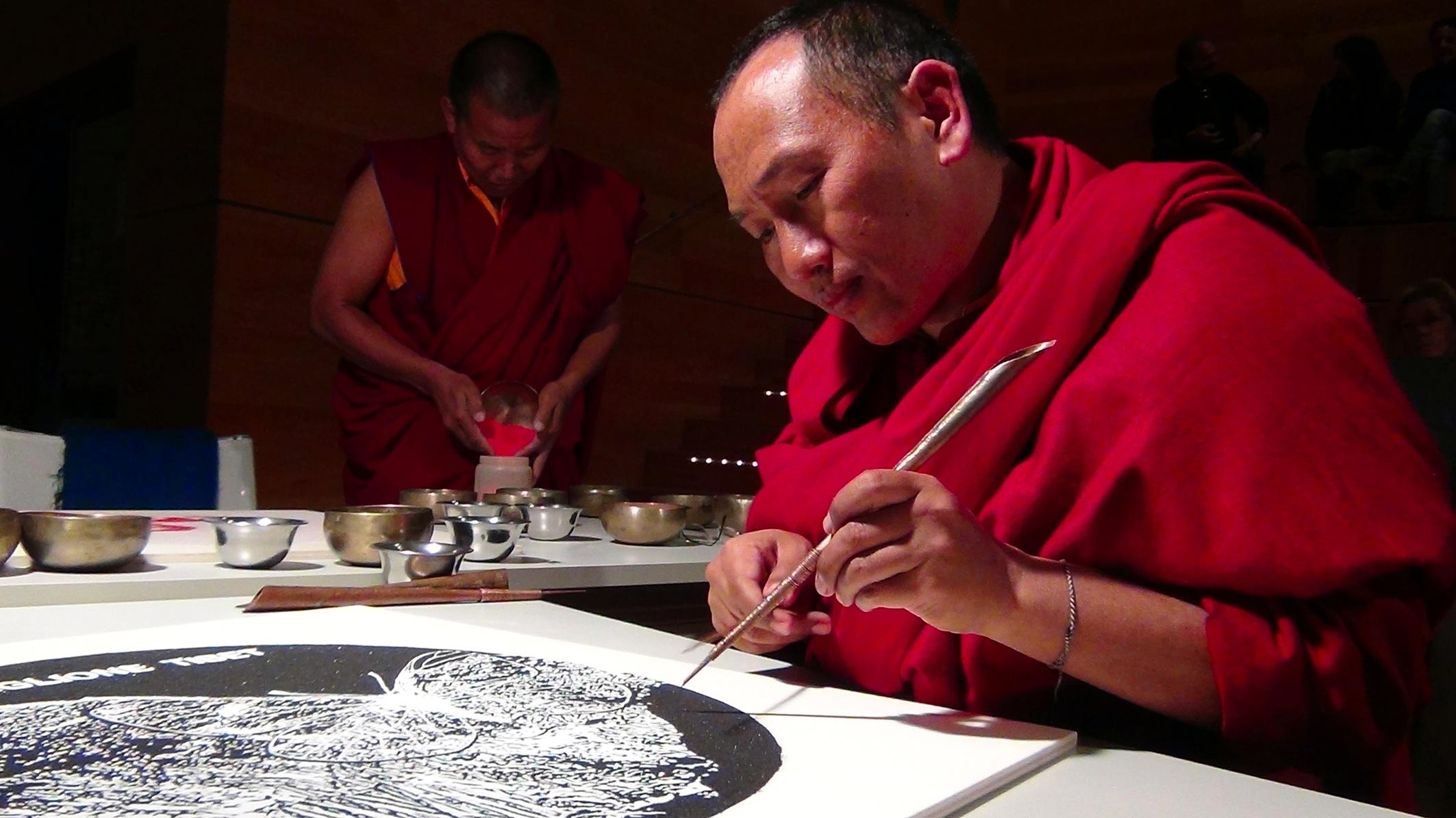 Padiglione Tibet, Monaci che stanno realizzando un mandala, Santa Marta Congressi - Spazio Porto, Venezia Foto Ruggero Maggi