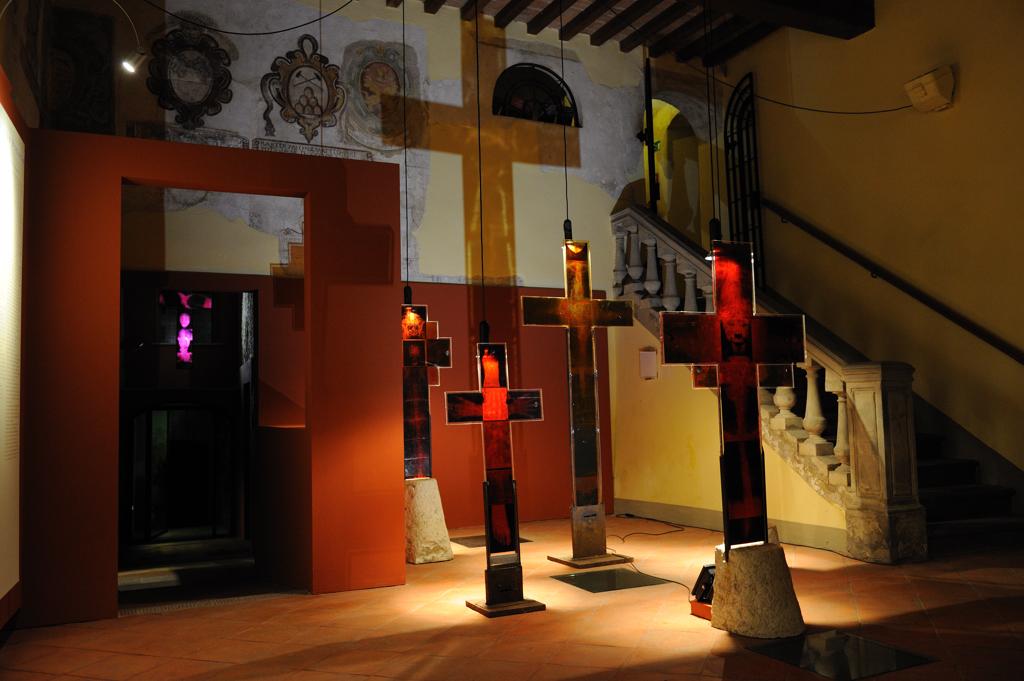 Daily Golgotha di Renato Meneghetti, veduta della mostra, Museo di Palazzo Pretorio, Peccioli (PI)
