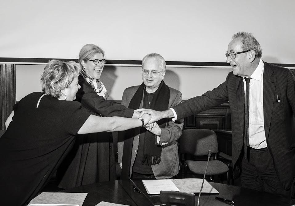 La firma ufficiale dell'incarico curatoriale per Manifesta 10 Foto © Zorina Myskova