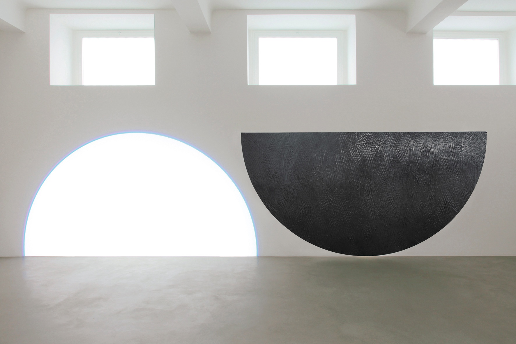 David Tremlett e Michel Verjux, Ambi-balance, 2013, grafite, grasso e proiettore, cm 200x800 Courtesy A arte Studio Invernizzi, Milano Foto Bruno Bani, Milano