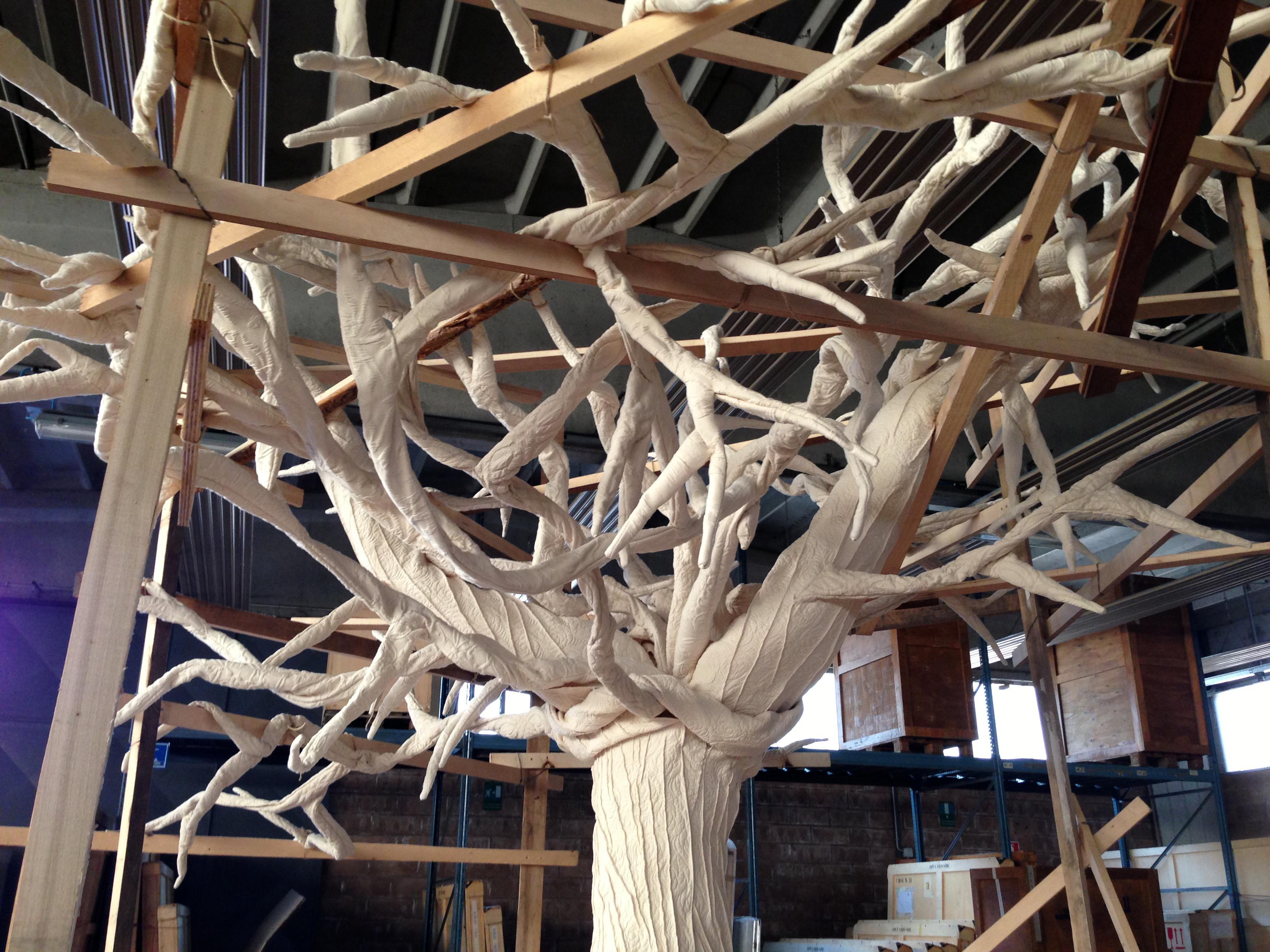 Elizabeth Aro, Provvisorio per sempre, 2013, velluto di cotone, legno, 300 x 400 x 350 cm. Courtesy Gagliardi Art System Torino