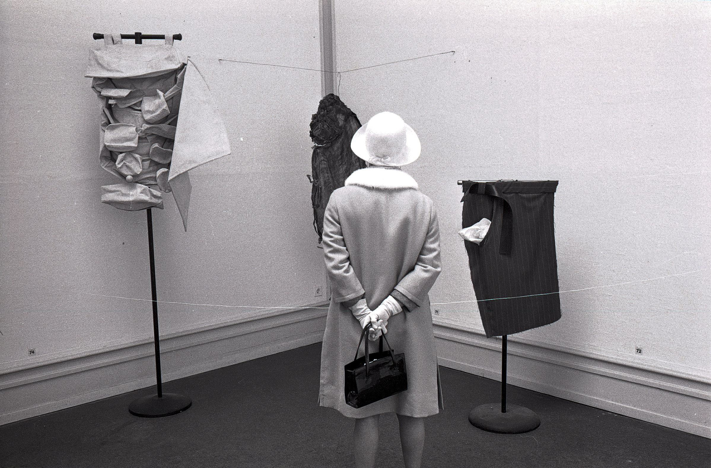 "Veduta dell'installazione ""When Attitudes Become Form"", Kunsthalle Bern. Claes Oldenburg, From left to right Model (Ghost) Medicine Cabinet, 1966; Street Head II (Pear) , 1960 and Pants Pocket with Pocket Objects, 1963. Foto: Siegfried Kuhn © StAAG / RBA"