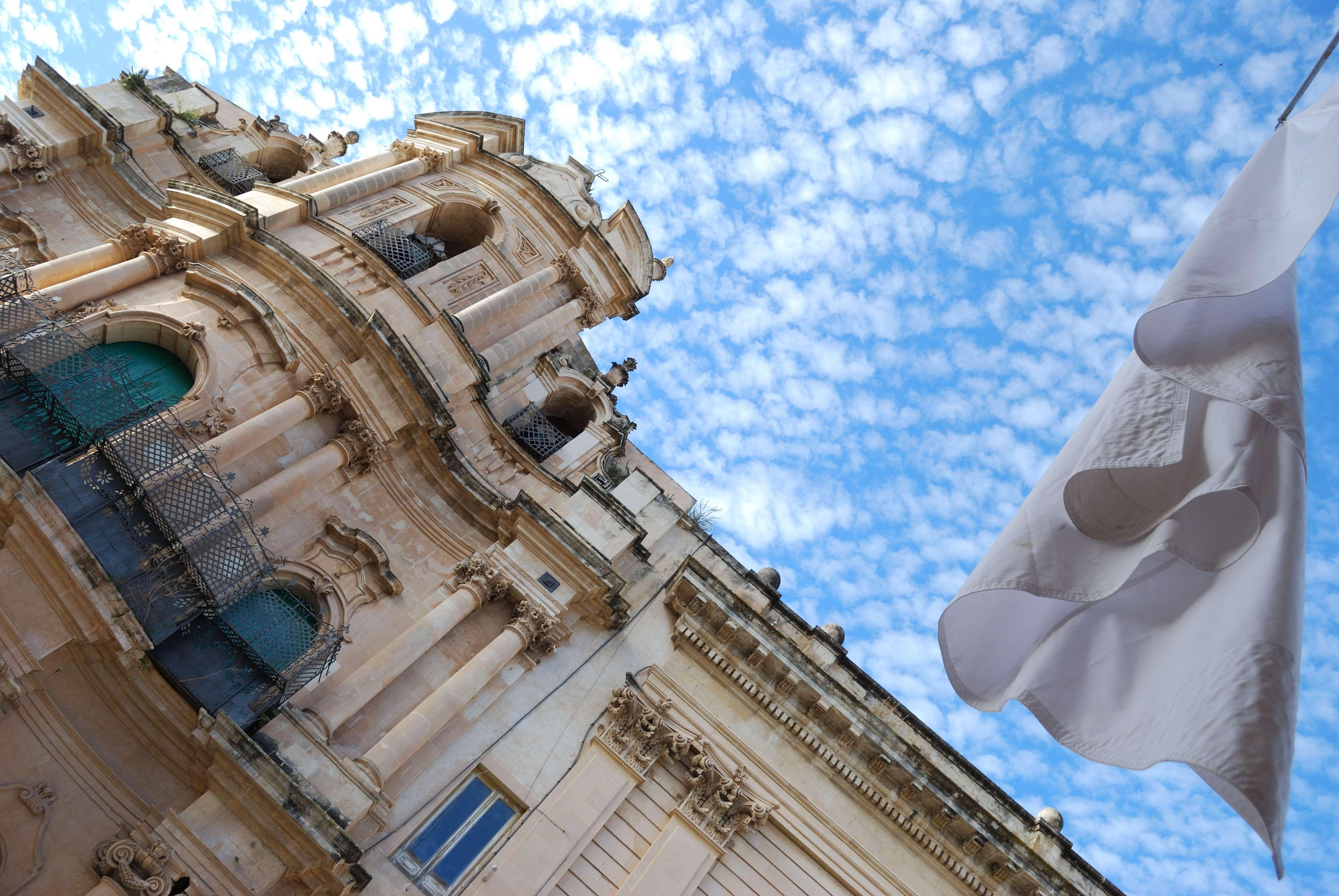 Chiesa di San Giovanni Evangelista_bandiera Bianca di Regina José Galindo & David Perez Karmadavis_Sasha Vinci