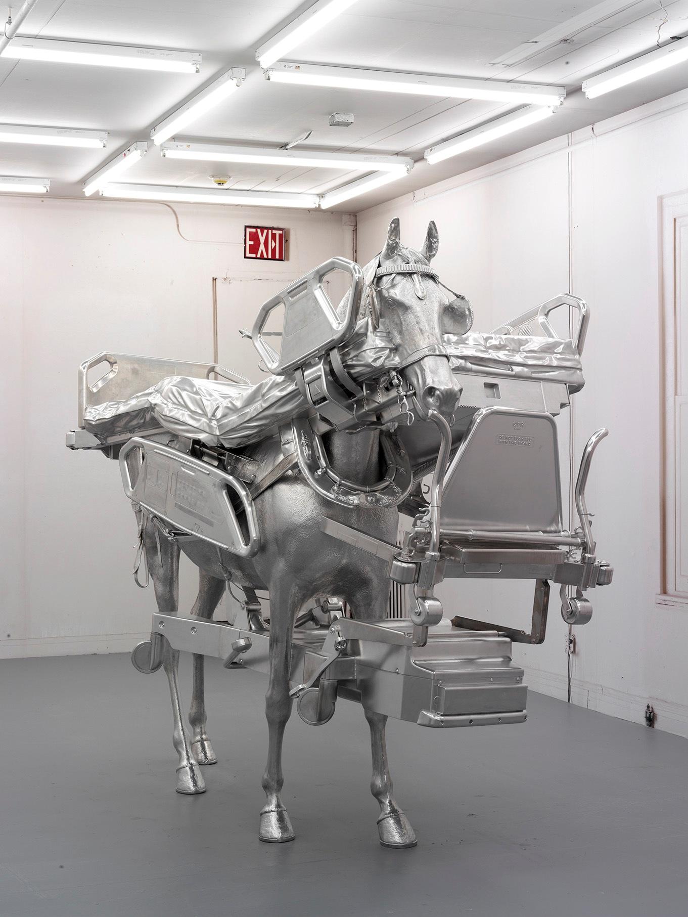 Urs Fischer, Horse/Bed, 2013, alluminio lucido fresato, acciaio zincato, viti, perni, due elementi in resina, 85 7/8 x 103 5/8 x 43 3/4 inches (218.2 x 263.1 x 111.1 cm) Edizione di 3 & 1 AP © Urs Fischer. Courtesy Urs Fischer e Gagosian Gallery. Foto: Stefan Altenburger