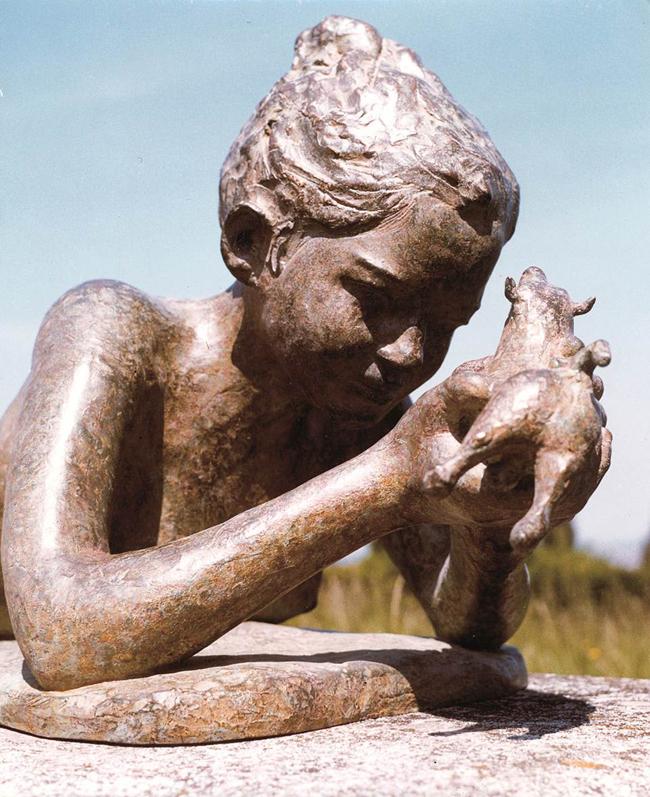 Mario Bertozzi, Fanciulla con toro (particolare), bronzo, grandezza naturale