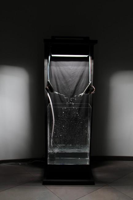 Matteo Maino, 24 times per second truth, 2013, installazione, casse acustiche, 23-24-25 Hz, luce stroboscopica, pompa idraulica, acqua