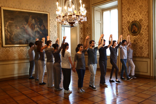 "Revolving Door, 2011 performance dal vivo / live performance performance eseguita quotidianamente dai ballerini / performed daily by dancers: Giuseppe Brancaccio, Francesca Bugelli, Pierluigi Castellini, Eugenia Coscarella, Simona Cutrignelli, Donato Demita, Silvia Dezulian, Liber Dorizzi, Elena Fontana Paganini, Laura Ghelli, Giovanfrancesco Giannini, Stefania Lazzeri, Helena Mannella, Gabriele Marra, Sandhya Nagaraja, Francesco Napoli, Riccardo Olivier, Angela Papagni, Sara Paternesi, Marco Pericoli, Filippo Porro, Alice Raffaelli, Giulia Rossi, Eleonora Soricaro, Jon Tabacchiera coreografia di Davide Montagna adattata dall'originale di Raphael Bonachela / choreography by Davide Montagna adapted from the original coreography by Raphael Bonachela si ringrazia / special thanks to Milano Teatro Scuola Paolo Grassi originariamente co-commissionata dal Manchester International Festival, International Arts Festival RUHRTRIENNALE 2012-2014 e dalla Manchester Art Gallery come parte della mostra collettiva ""11 Rooms"" co-curata da Hans Ulrich Obrist e Klaus Biesenbach, 2011 / Originally co-commissioned by Manchester International Festival, International Arts Festival RUHRTRIENNALE 2012-2014 and Manchester Art Gallery as part of the group exhibition ""11 Rooms"" co-curated by Hans Ulrich Obrist and Klaus Biesenbach, 2011 © Allora & Calzadilla Courtesy Allora & Calzadilla performance a Palazzo Cusani, Milano / performance at Palazzo Cusani, Milan photo: Marco De Scalzi"