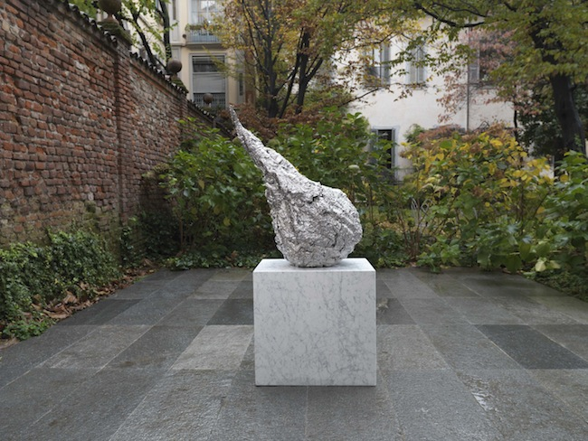 Jason Martin Anathema, 2013 Stainless Steel 86 x 42 x 71 cm © the artist; Courtesy, Lisson Gallery, London. Veduta dell'opera installata nel cortile di Lisson Gallery Milano