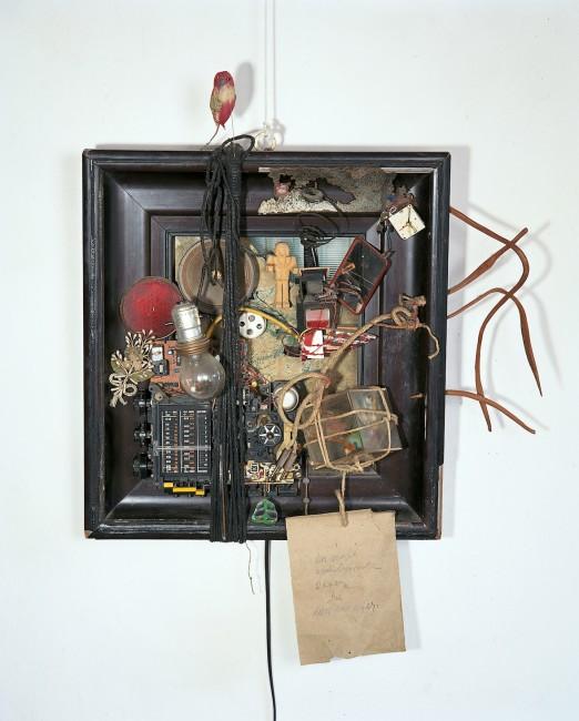 Franz Pichler, Der vierte apokalyptische Reiter, (Il quarto cavaliere dell'Apocalisse - il cavaliere delle onde), 1989, arredamento mit Radio, Glühbirne, totem Vogel, verschiedene Materialien