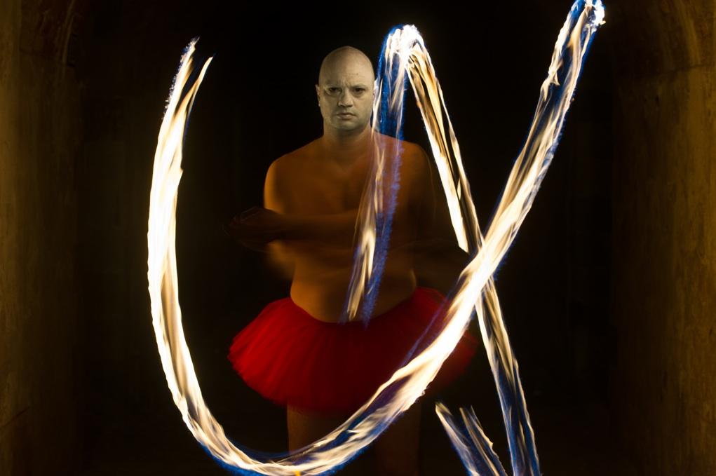 Andrea Contin, Flame (chains), 2013 Foto di scena di Simone Falso Courtesy Placentia Arte, Piacenza