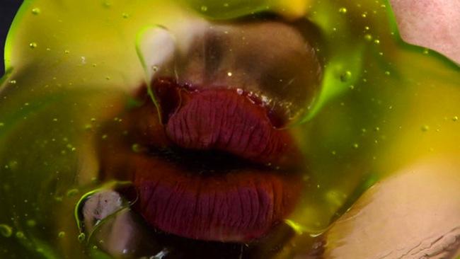 Marilyn Minter Green Pink Caviar, 2009 HD digital video on DVD 7' 45'' Courtesy l'artista e Salon 94, New York