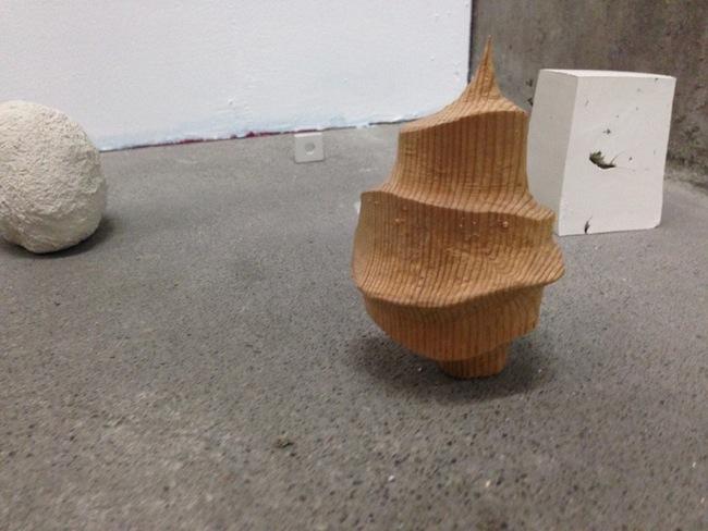 Michelangelo Consani, Bussola, 2014, ceramica cruda, legno, dimensioni variabili, Courtesy Side 2 Gallery, Tokyo