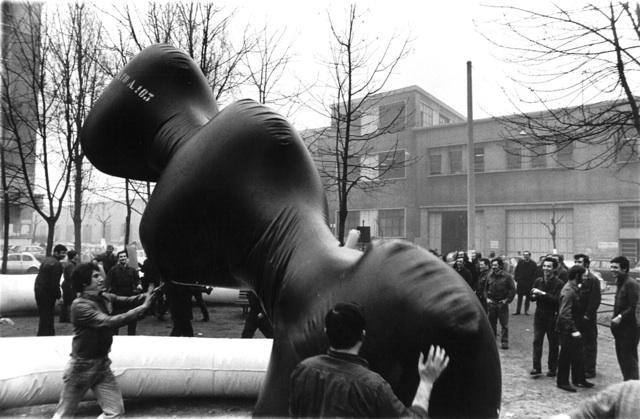 Franco mazzucchelli, Installazione A.TO A. davanti all'Alfa Romeo, 1971, foto di Enrico Cattaneo