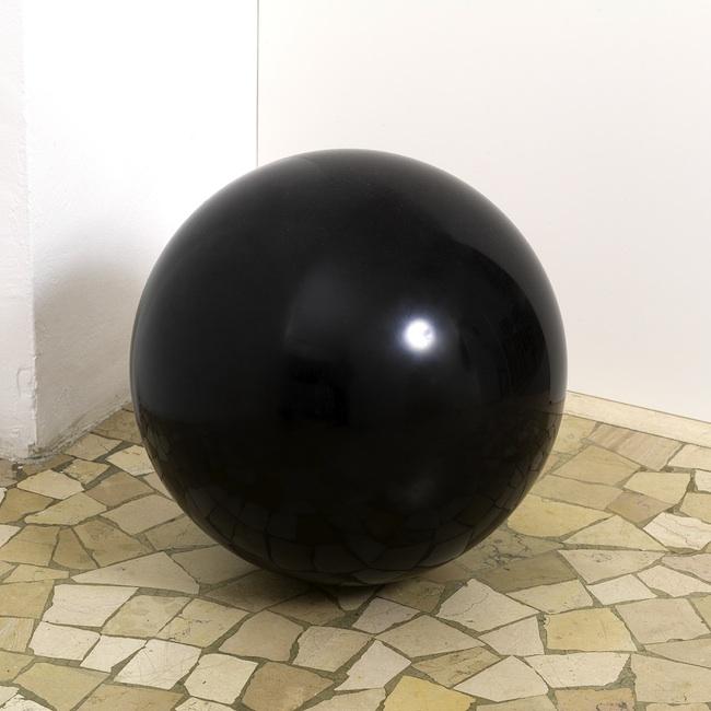 Giovanni Rizzoli, Oltre, 2011-2013, Marmo nero del Belgio, ph. Luca Carrà